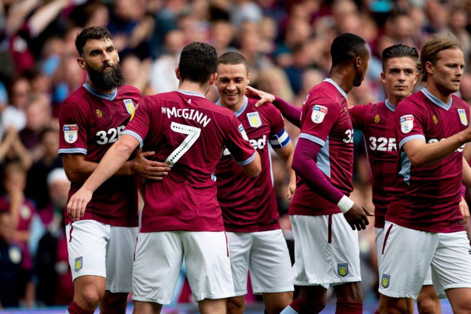 Liðsmenn Aston Villa fagna marki.