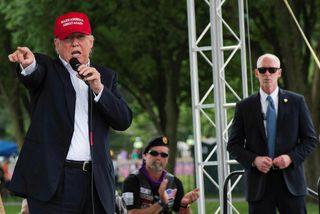 Donald Trump segir óháðan frambjóðanda verða til þess að auka sigurlíkur demókrata í forsetakosningunum.