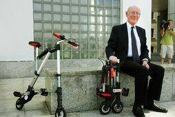 Sir Clive Sinclair ásamt létthjóli sem hann fann upp.