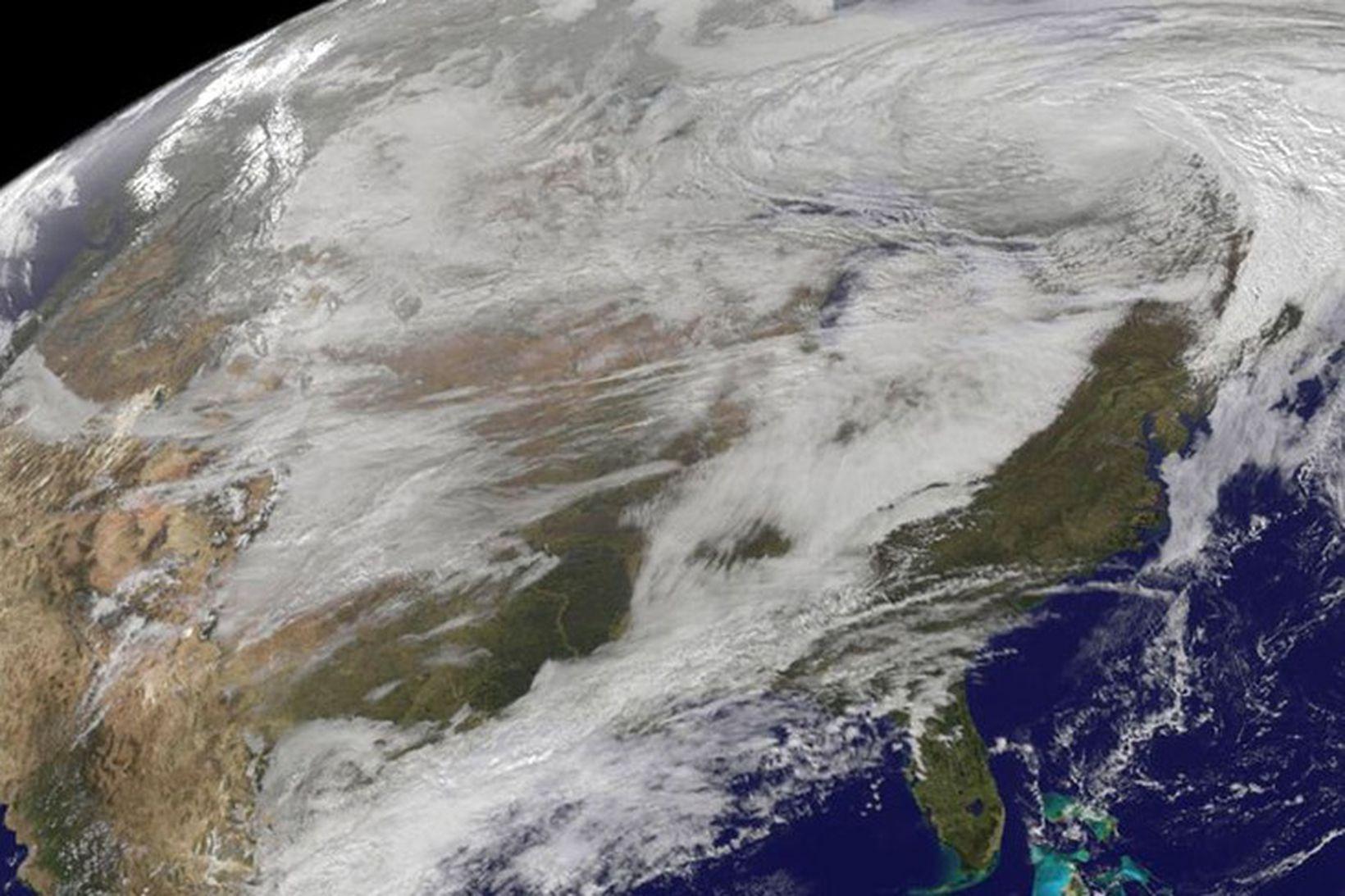 Gervihnattamynd NASA sem sýndir lægðina sem færði vetrarveður yfir stóran …