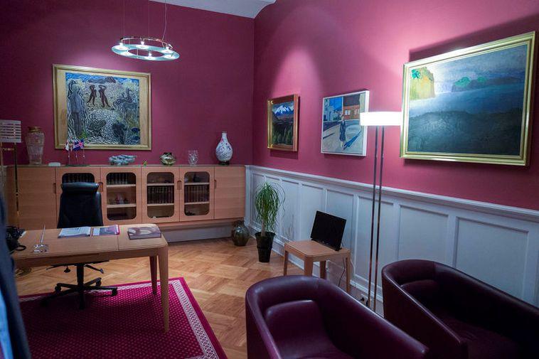 The reception room at Alþingi features works of art by Kjarval and Júlíana Sveinsdottir.