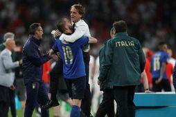Roberto Mancini fagnar sigrinum á EM ásamt Leonardo Bonucci í gærkvöldi.