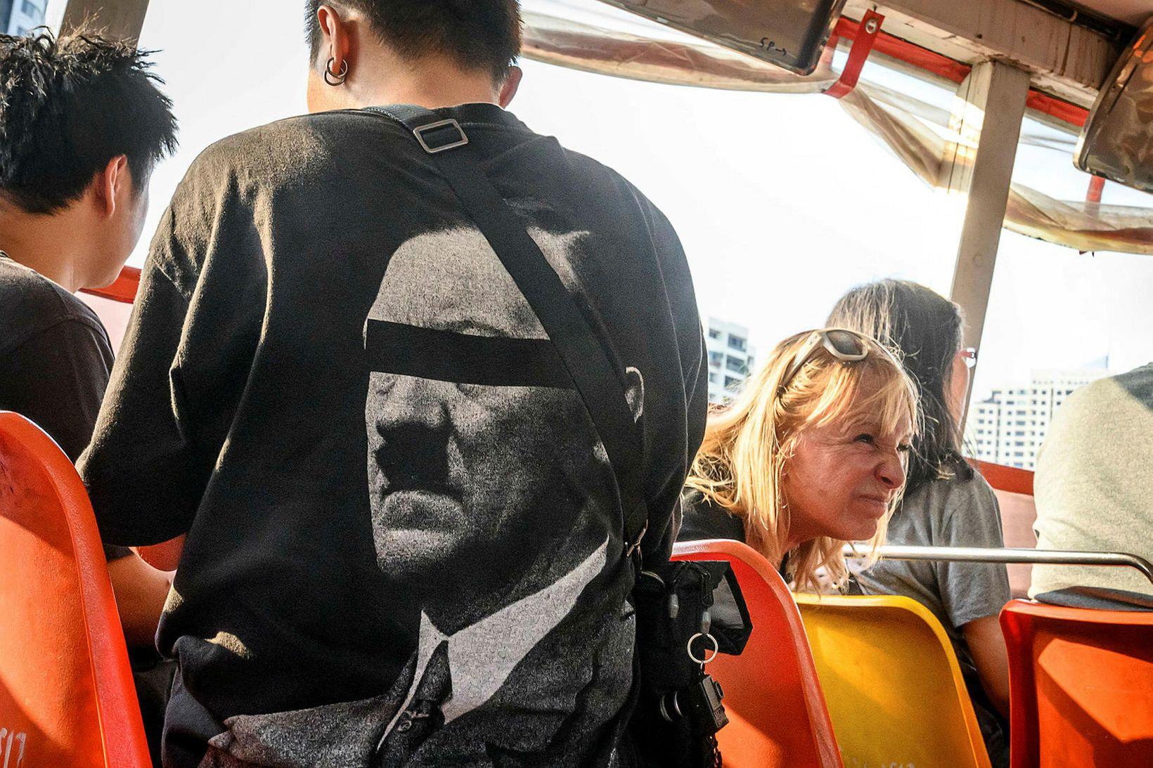 Ferðamaður í Bangkok í stuttermabol merktum Hitler.