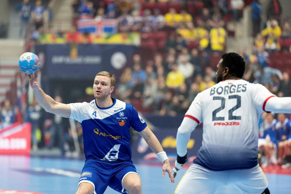 Aron Pálmarsson sækir að marki Portúgala.