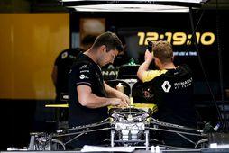 Tæknimenn Renault vinna í keppnisbílnum í Spa-Francorchamps.