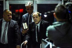 Harvey Weinstein (fyrir miðju) yfirgefur réttarsalinn í New York í dag.