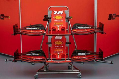 Ný trjóna keppnisbíla Ferrari í bílskúr liðsis í Singapúr.