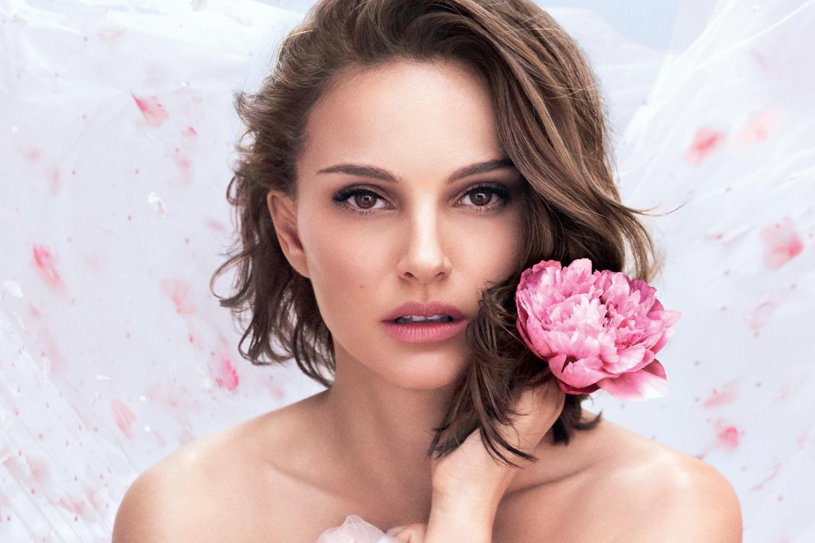 Natalie Portman er andlit nýjasta ilmvatnsins frá Dior sem nefnist …