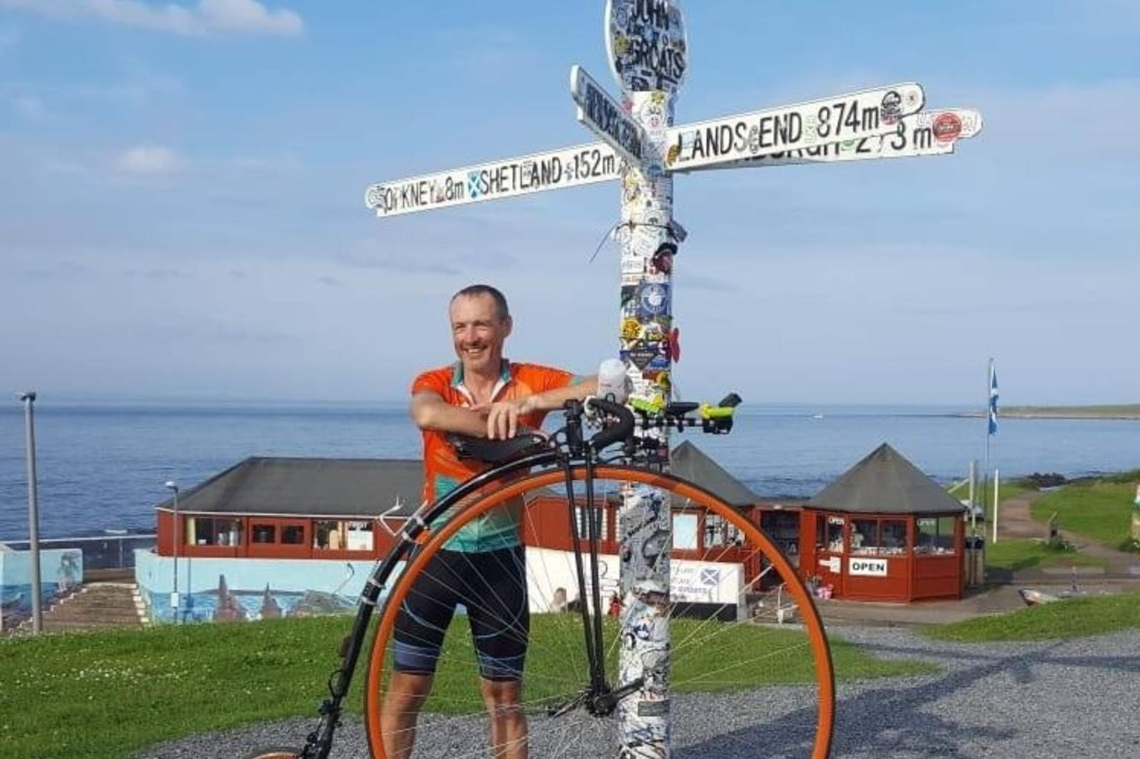 Richard Thoday eftir að hafa hjólað 874 mílur, eða 1.406 …