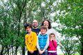 Fjölskylda Caryl og Noémie ásamt börnunum Camille, 11 ára, Timoté, 8 ára, og Lénoa, 6 ára. Hundurinn Domino fékkst til að sitja fyrir um stund.