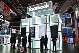 Bás Facebook á vörusýningu í Shanghai í Kína. ESB hefur hafið frumrannsókn á því hvernig ...
