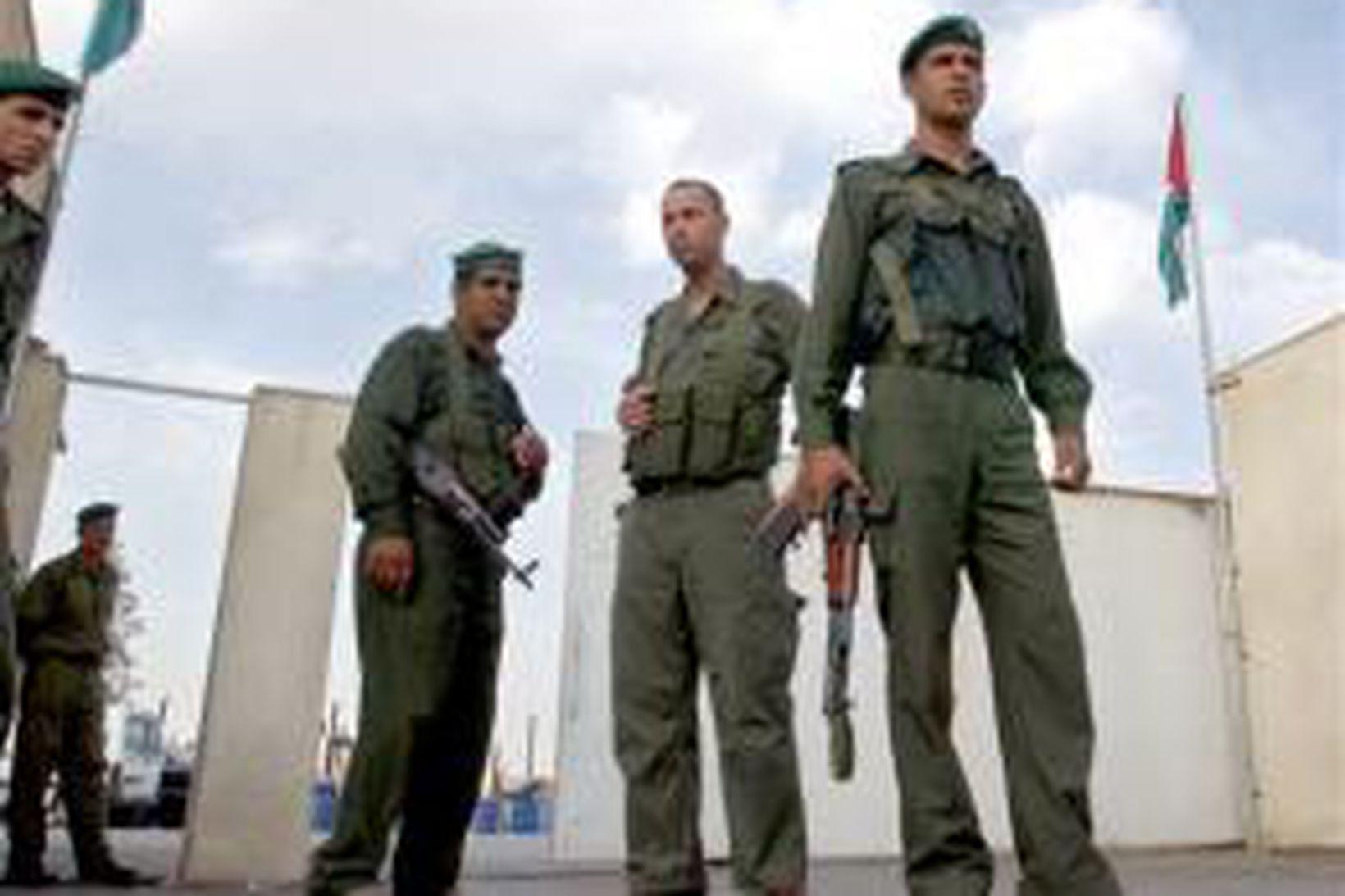 Palestínskir lögreglumenn við höfuðstöðvar Arafats í Ramallah í dag.