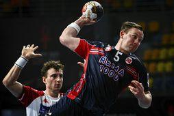 Sander Sagosen skorar fyrir Noreg gegn Austurríki í kvöld.