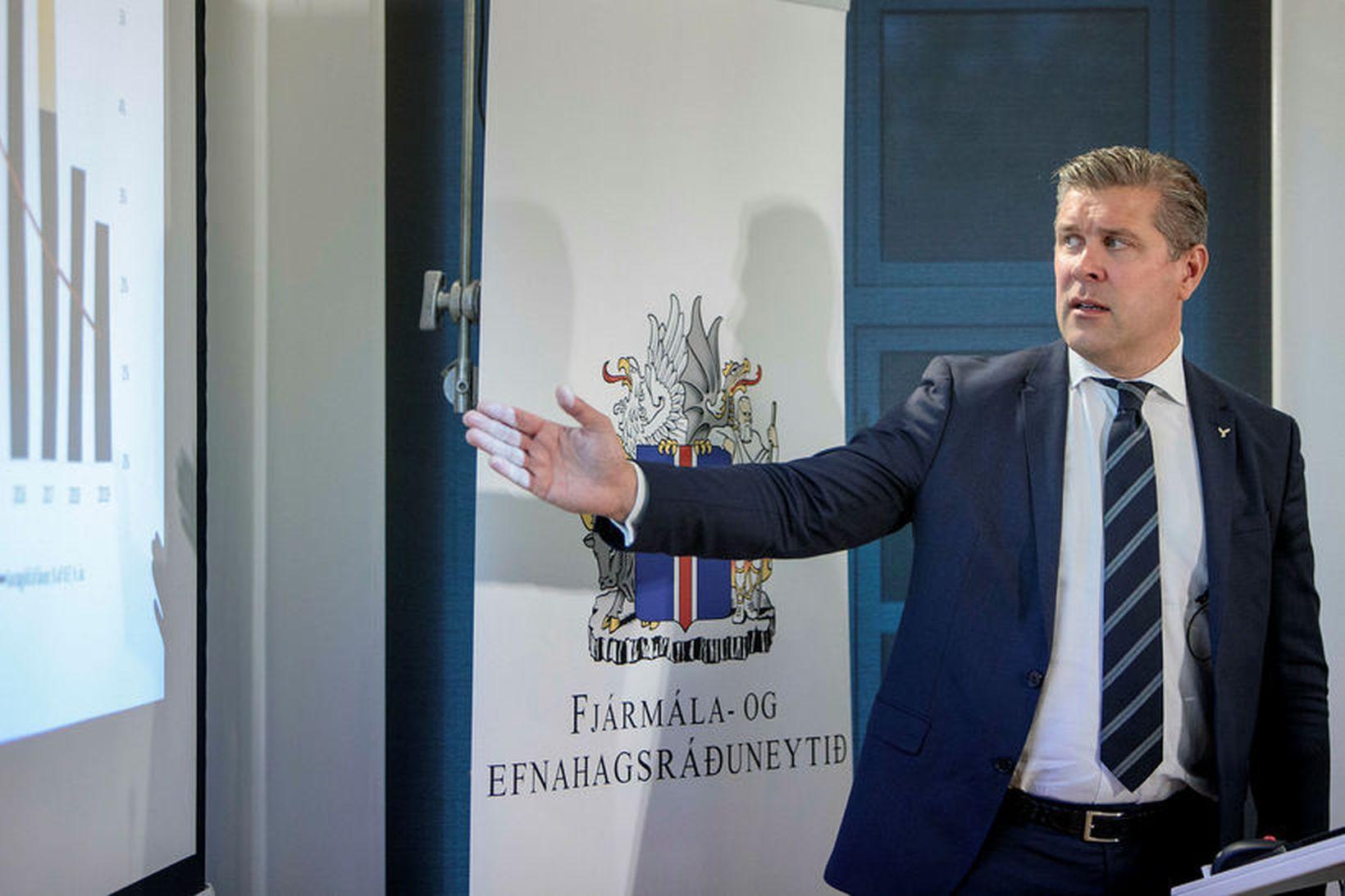 Samkvæmt tillögum ríkisstjórnarinnar um skattkerfisbreytingar, sem Bjarni Benediktsson fjármálaráðherra kynnti …