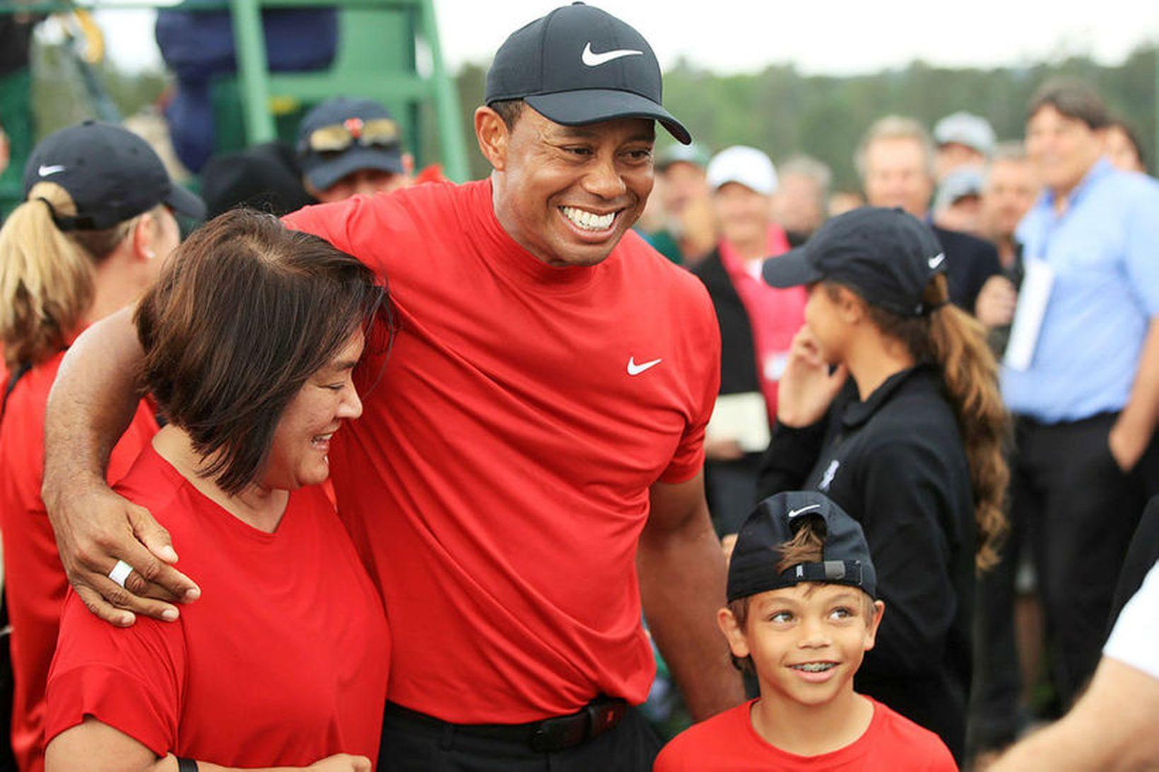 Tiger Woods með syni sínum.