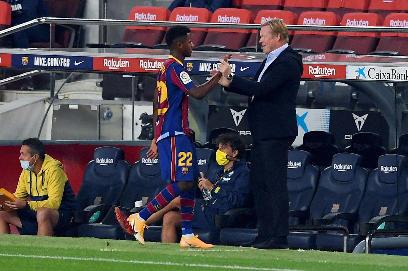 Ronald Koeman knattspyrnustjóri Barcelona fagnar Ansu Fati á Camp Nou …