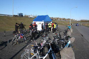 Fríður hópur hjólreiðamanna í kaffitjaldi á Geirsnefi í morgun.
