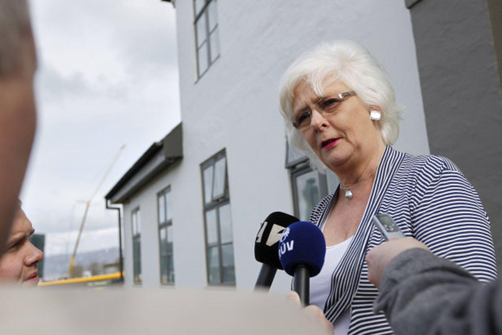 Jóhanna Sigurðardóttir fyrir utan Stjórnarráðið.
