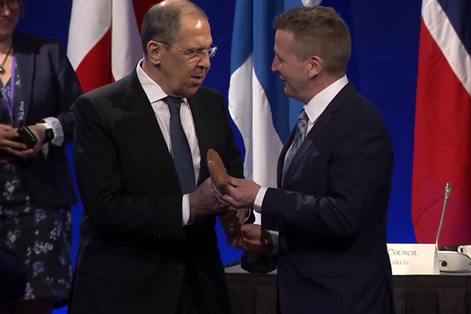 Guðlaugur Þór afhendir Sergei Lavrov utanríkisráðherra Rússlands táknrænan hamar.