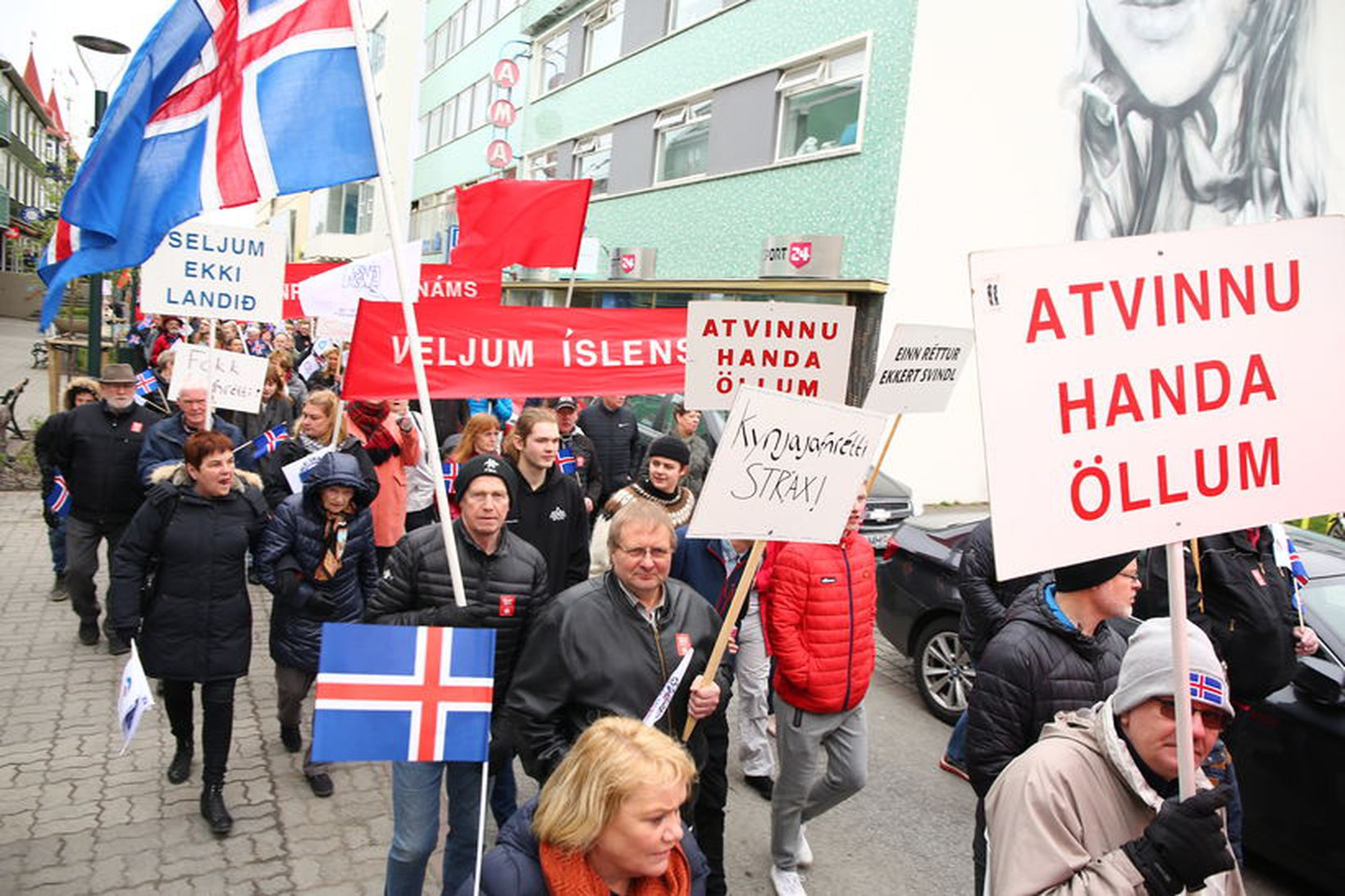 Um 400 gengu kröfugöngu á Akureyri í dag.