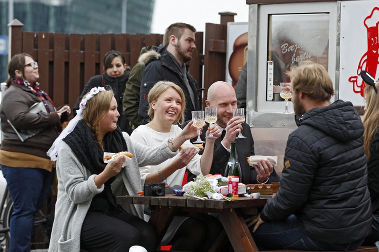 Norwegian couple Charlotte Hidle and Magnus Jenssen made a champagne toast at Bæjarins Bestu, the …