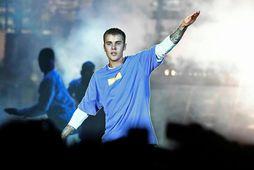 Justin Bieber veltir fyrir sér í hverju hann á að vera á stóra daginn.