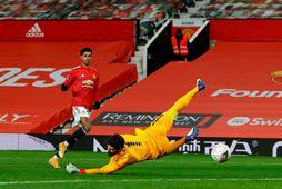 Marcus Rashford skorar fyrir United í bikarsigrinum gegn Liverpool á sunnudaginn.