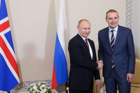 President Vladimir Putin and President Guðni Th. Jóhannesson shake hands.