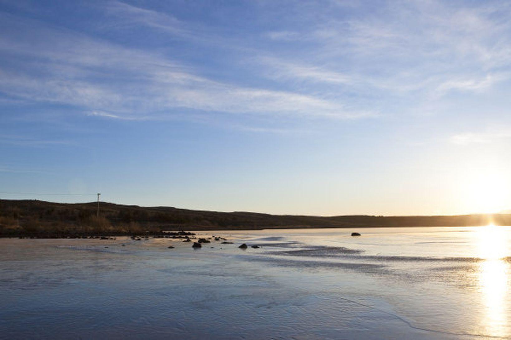 Morgunsólin skín yfir Rauðavatn.