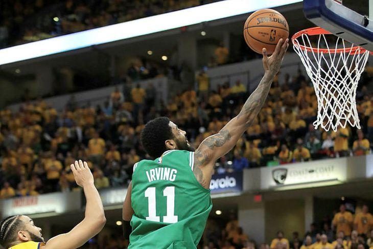 Kyrie Irving, leikmaður Boston Celtics, skorar tvö af sínum 19 ...