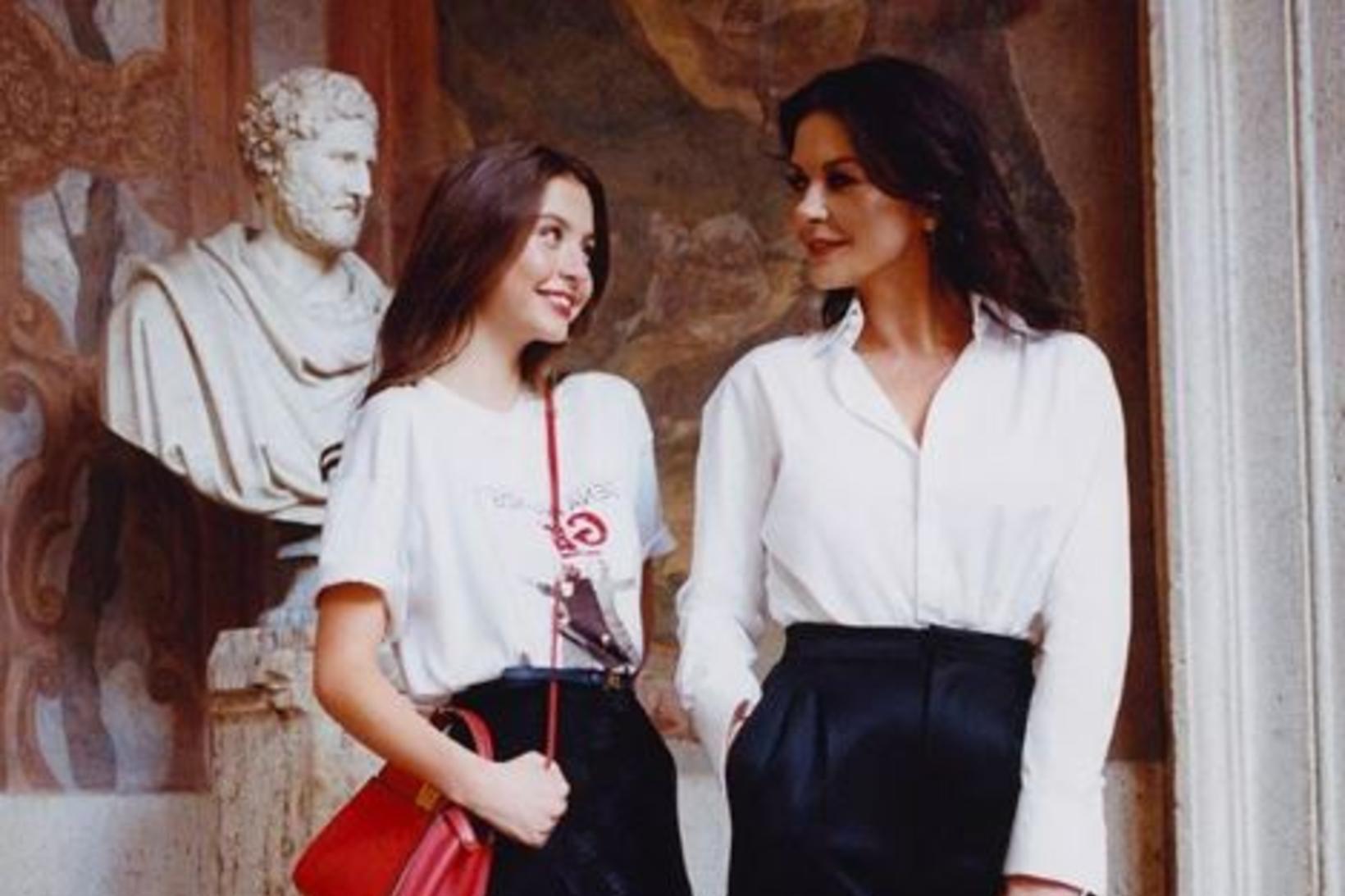 Mæðgurnar Catherine Zeta-Jones og Carys Zeta Dauglas sitja saman fyrir …