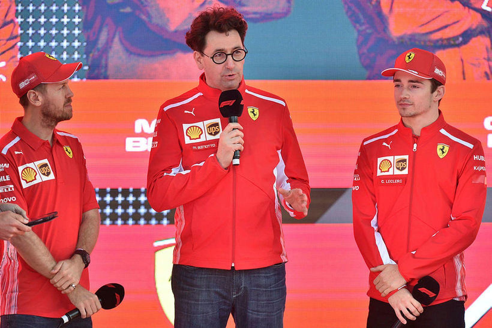 Liðsstjórinn Mattia Binotto með ökumönnum Ferrari, Sebastian Vettel (t.v.) og …