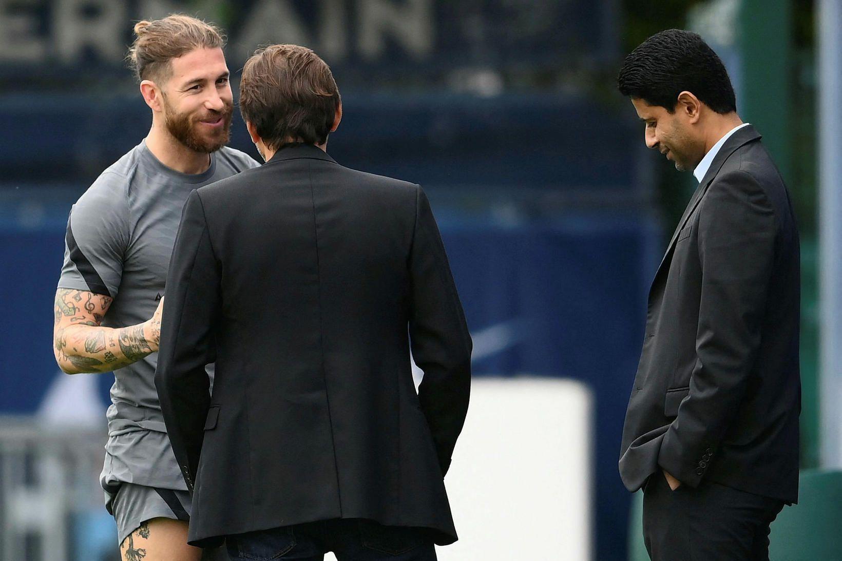 Sergio Ramos ræðir málin við Leonardo, yfirmann knattspyrnumála, og Nasser …