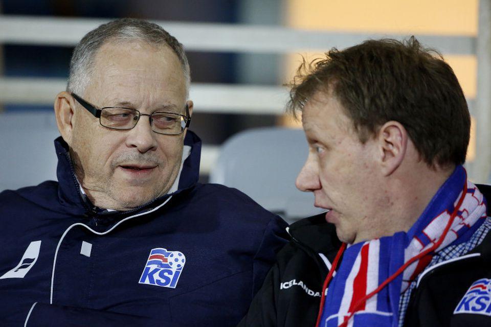 """Lars Lagerbäck ræðir við """"Röddina"""", Pál Sævar Guðjónsson vallarþul á Laugardalsvelli."""