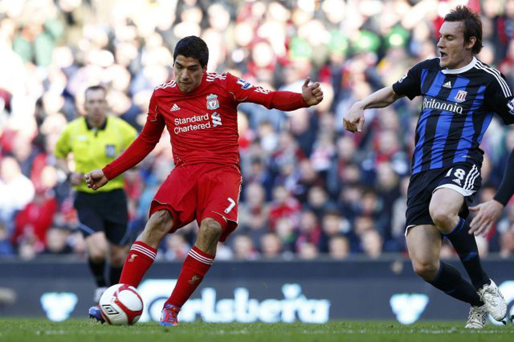 Luis Suárez skorar fyrir Liverpool gegn Stoke í 8-liða úrslitum …
