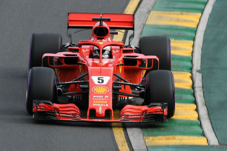 Sebastian Vettel á leið til besta tíma á æfingunni í Melbourne í morgun.