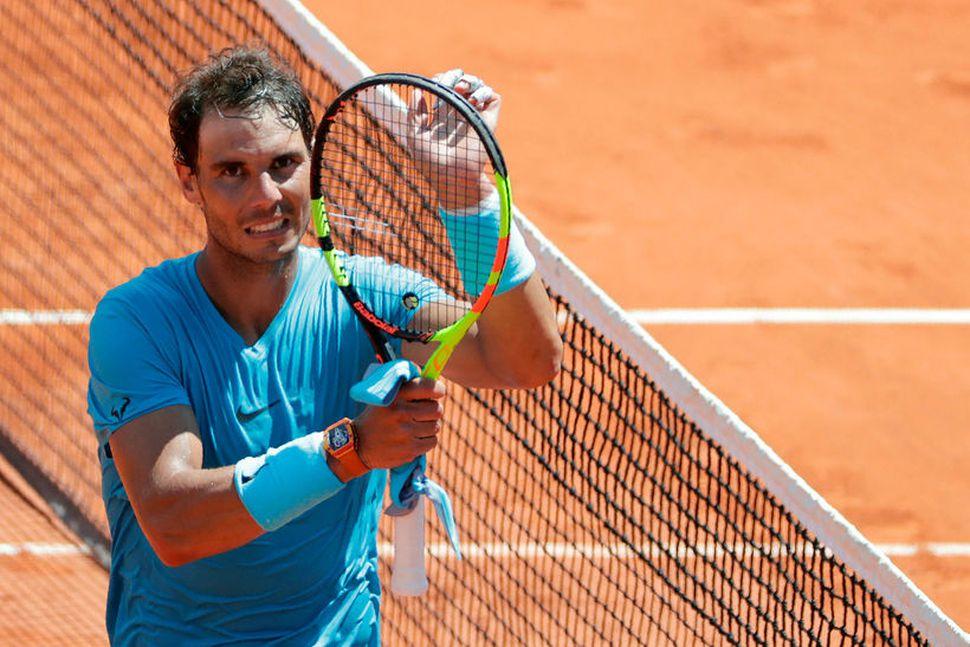 Rafael Nadal fagnar sigri sínum í dag.
