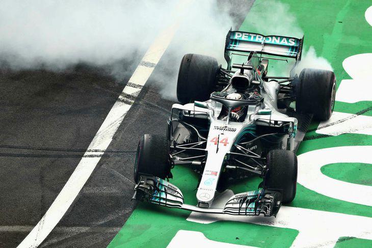 Lewis Hamilton fagnar titlinum með kleinuhringjum á brautinni í Mexíkó.