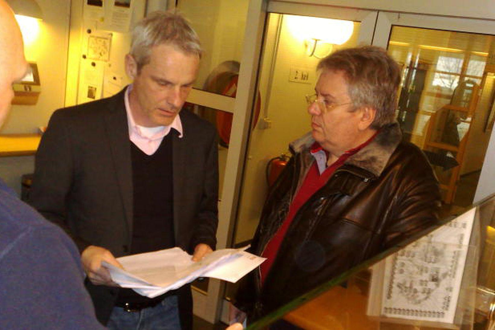 Björn Malmqvist tók við listunum úr hendi Ástþórs.