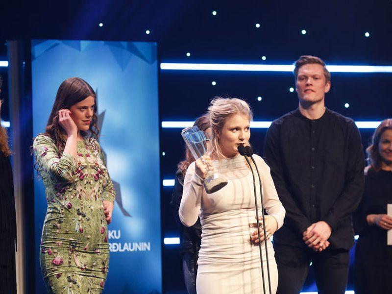 Katrína Mogensen, singer of Mammút won singer of the year award. On her left, Mammút bassist Ása Dýradóttir.