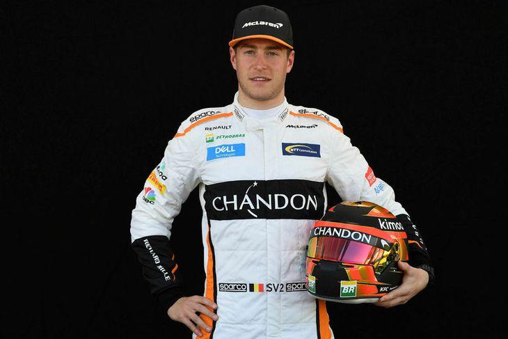 Stoffel Vandoorne hjá McLaren með hjálm sinn í Melbourne.