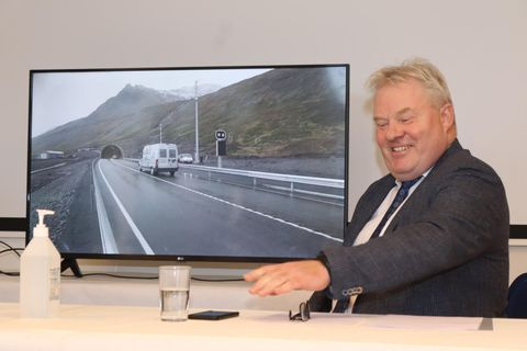 Sigurður Ingi Jóhannsson opened the tunnel by phone from the office of the Icelandic Road Administration in Borgartún, Reykjavík.