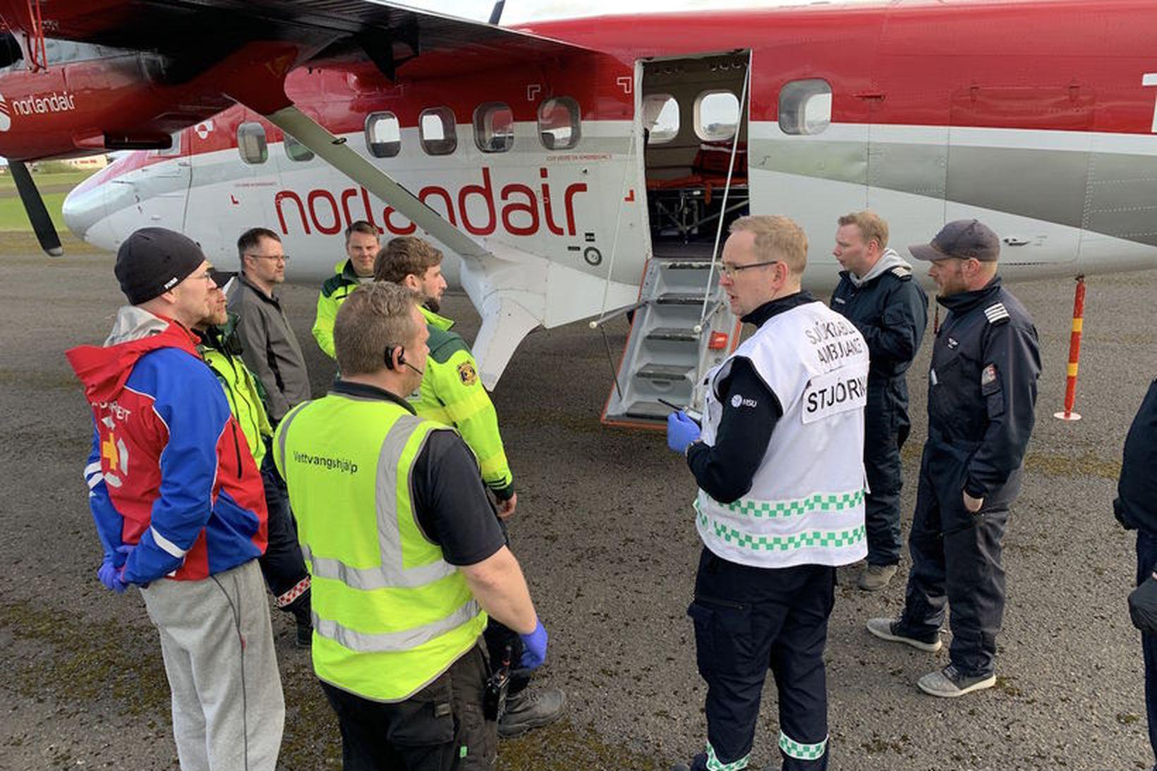 Viðbragðsaðilar við flugvél Norlandair á Selfossflugvelli þar sem hluti þeirra …