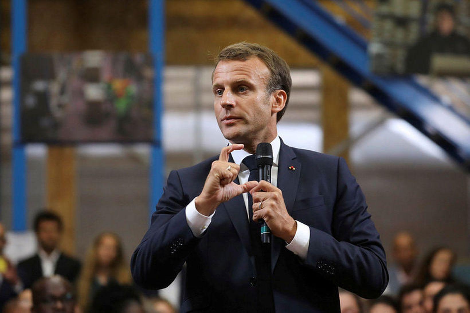 Emmanuel Macron Frakklandsforseti. Myndir af forsetanum hanga uppi í öllum …
