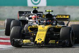 Carlos Sainz á Renault í Sjanghæ og á eftir kemur Kevin Magnussen hjá Haas.