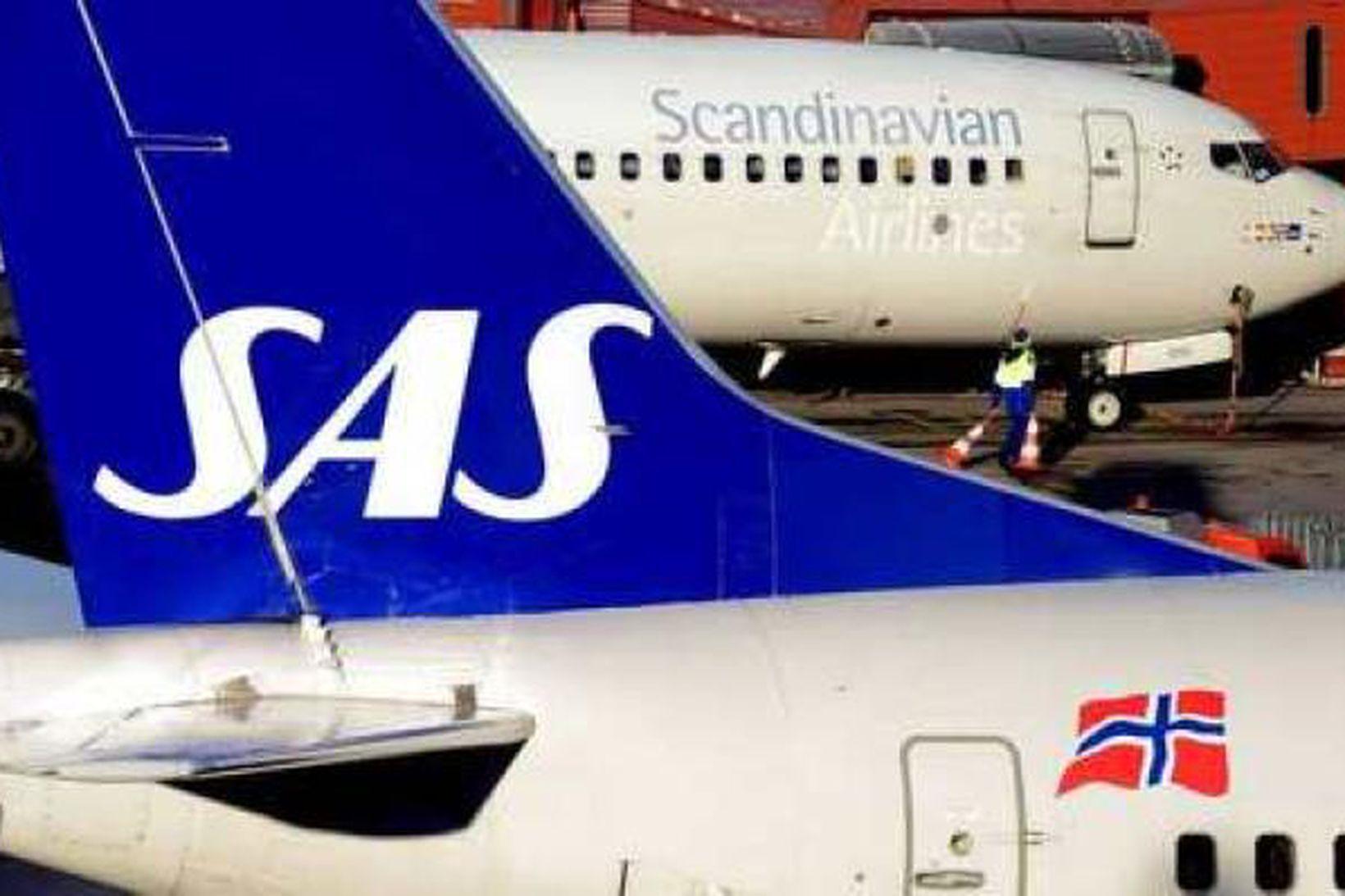 Vél SAS stendur sem fastast á Keflavíkurflugvelli.