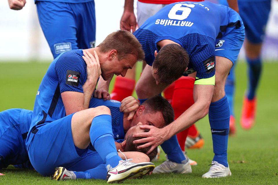 FH-ingar fagna Steven Lennon eftir að hann kom þeim í1:0 í leiknum í Sligo í …