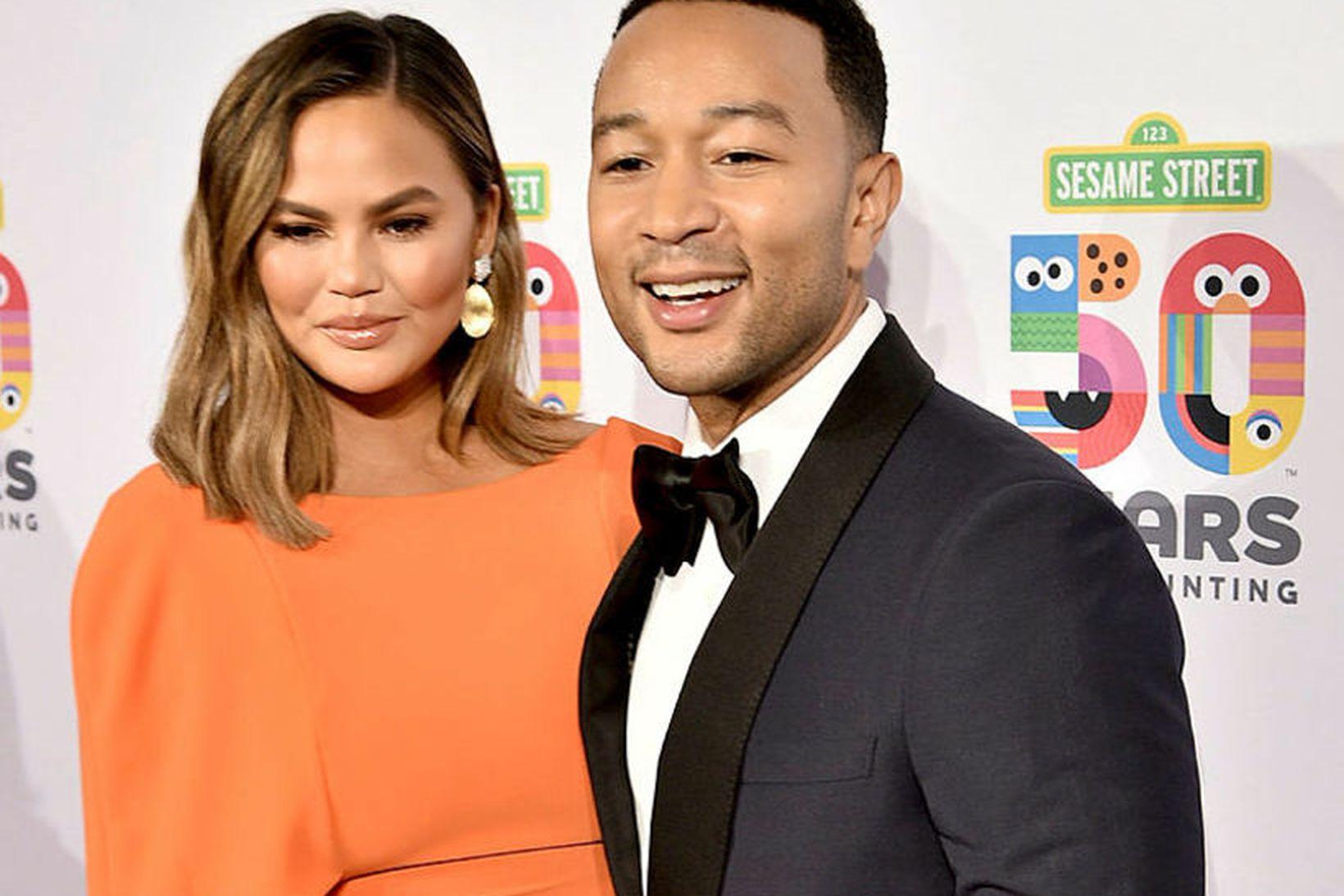 """John Legend og """"sorakjafturinn eiginkona hans"""" Chrissy Teigen."""
