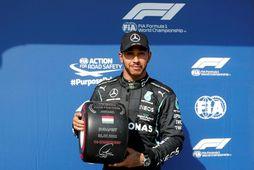 Lewis Hamilton með sigurlaunin fyrir fyrsta sæti tímatökunnar í Búdapest.