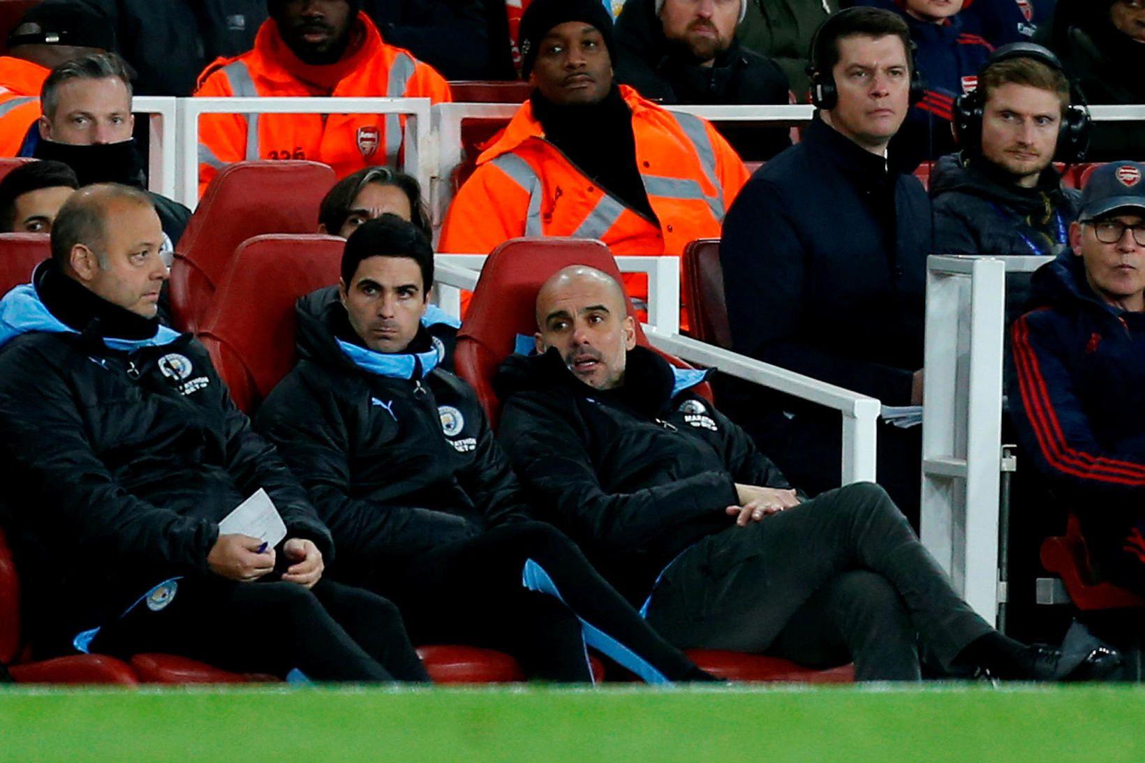 Mikel Arteta, fyrir miðju, horfir á Manchester City sigra Arsenal …